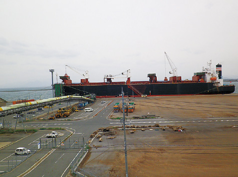 外港昭和南地区 木材チップ船